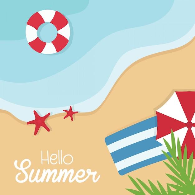 Vista superior férias de verão. resto da praia. hora de viajar mar, ondas, areia e guarda-chuva, palma Vetor Premium
