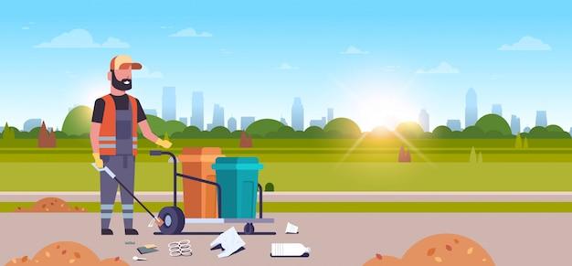 Zelador de homem, coleta de lixo com vara de ferro macho limpador empurrando carrinho carrinho Vetor Premium