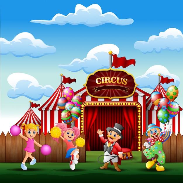 Addestratore di cartoni animati, pagliaccio con una cheerleader all'ingresso del circo Vettore Premium