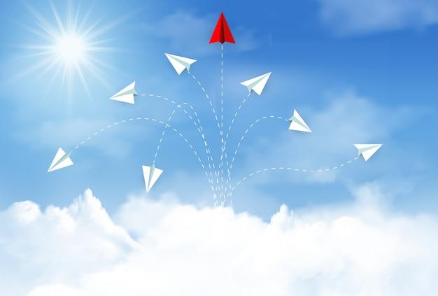 Aeroplano di carta che vola verso il cielo tra la nuvola Vettore Premium
