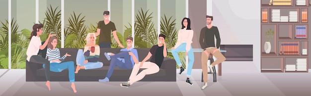 Amici felici di trascorrere del tempo insieme uomini donne seduti sul divano divertendosi salotto interno Vettore Premium