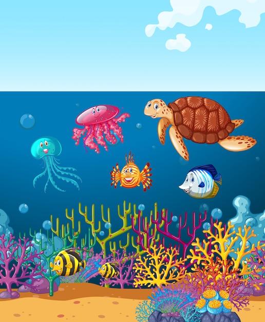 Animali marini che nuotano sotto l'oceano Vettore gratuito