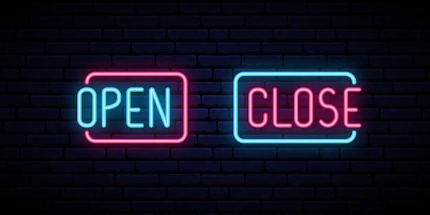 Apra e chiuda l'iscrizione al neon sul fondo del muro di mattoni. Vettore Premium
