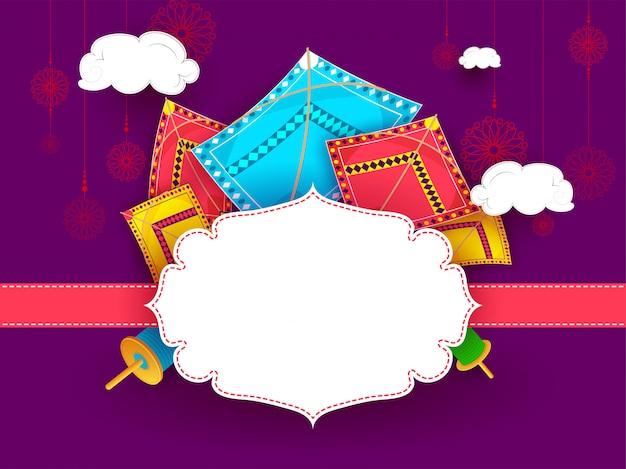 Aquiloni colorati decorati su sfondo viola Vettore Premium