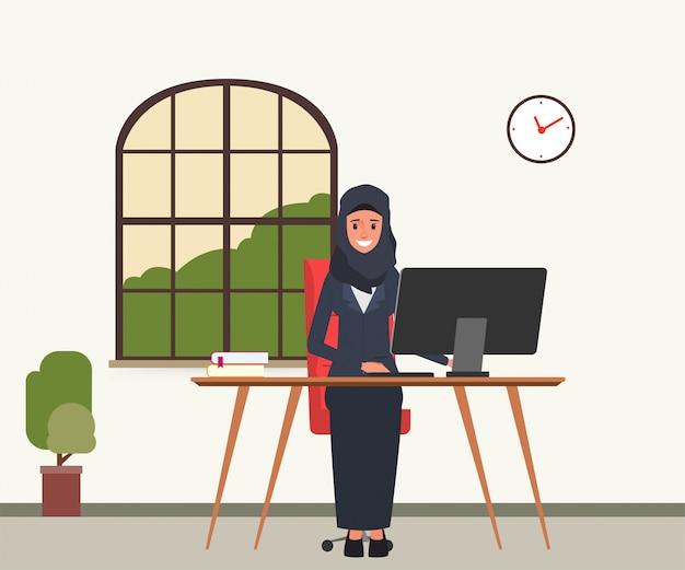 Arabo o musulmano che lavora con un computer. Vettore Premium