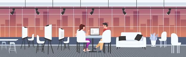 Architetti coppia usando laptop ingegneri redazione progetto casa sullo schermo del computer con progetti alloggiamento imprenditori ing piano casa moderna disegnatore studio interno a figura intera orizzontale Vettore Premium
