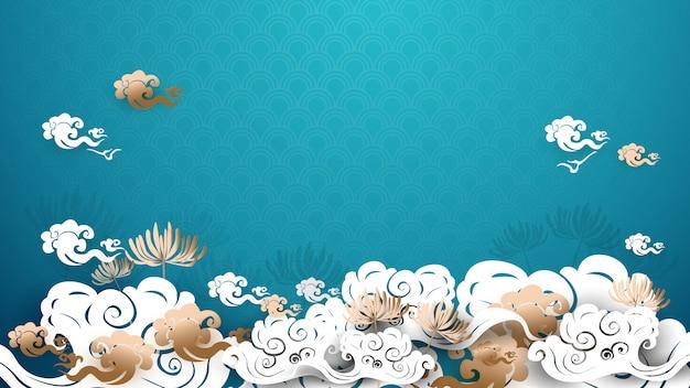 Asiatico tradizionale oro e bianco floreale con sfondo di nuvole Vettore Premium