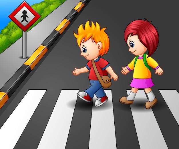 Bambina e ragazzo che attraversano la strada Vettore Premium