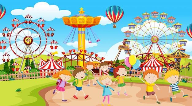 Bambini attivi che giocano in scena all'aperto Vettore gratuito