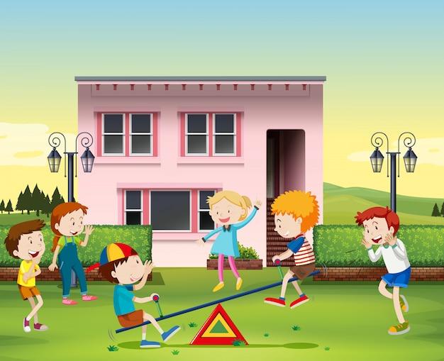 Bambini che giocano a un'altalena nel parco Vettore gratuito