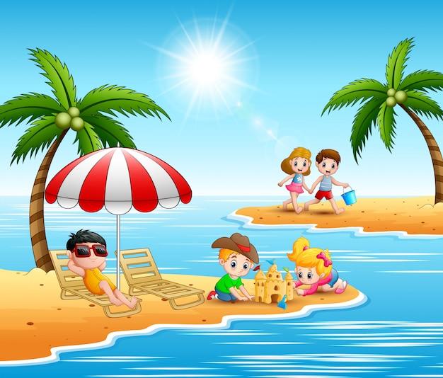 Bambini che giocano in spiaggia durante le vacanze estive Vettore Premium