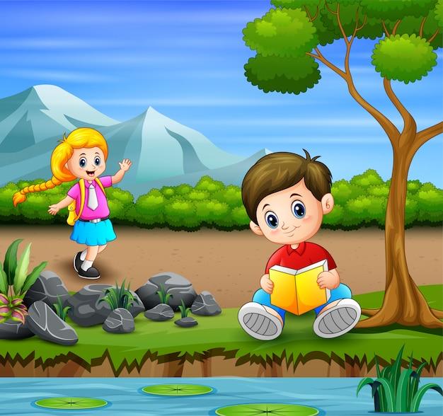 Bambini che vanno in giro nell'illustrazione del parco Vettore Premium