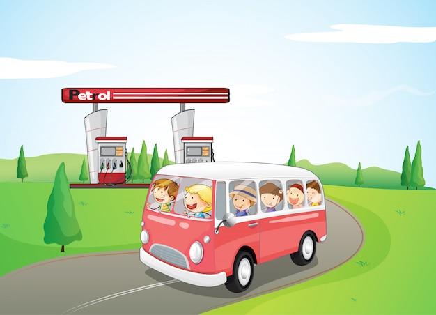 Bambini che viaggiano su un autobus Vettore Premium