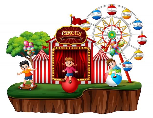 Bambini del fumetto che si divertono sul divertimento Vettore Premium