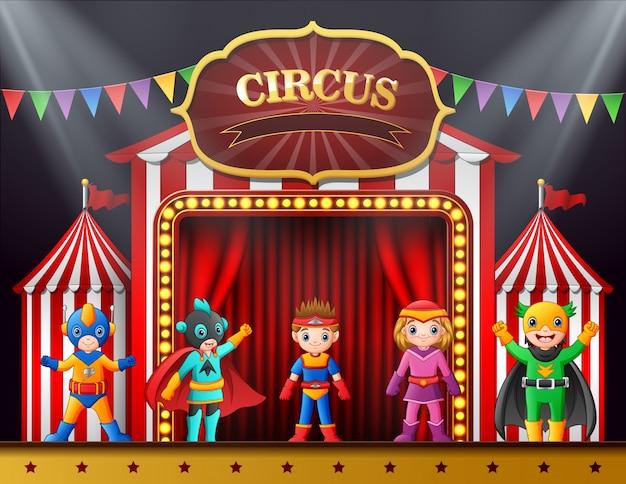 Bambini del fumetto in costume diverso sul palco Vettore Premium