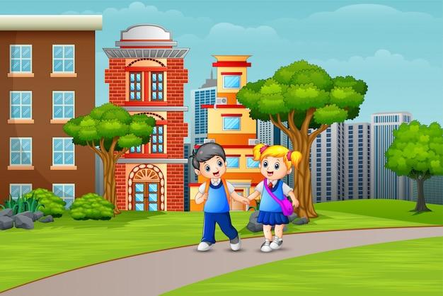Bambini delle scuole del fumetto che camminano sulla strada Vettore Premium