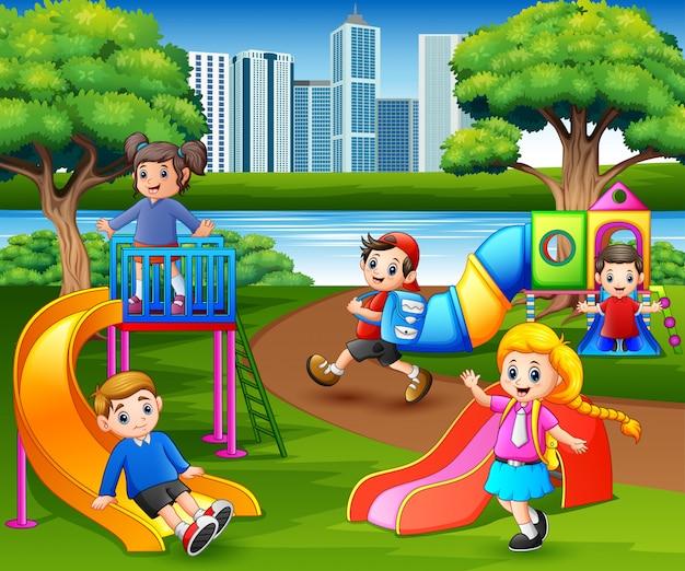 Bambini felici che giocano nel cortile della scuola Vettore Premium