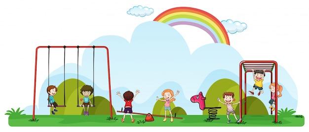Bambini felici che giocano nel parco giochi Vettore gratuito