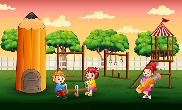 Bambini felici che giocano nel parco giochi Vettore Premium