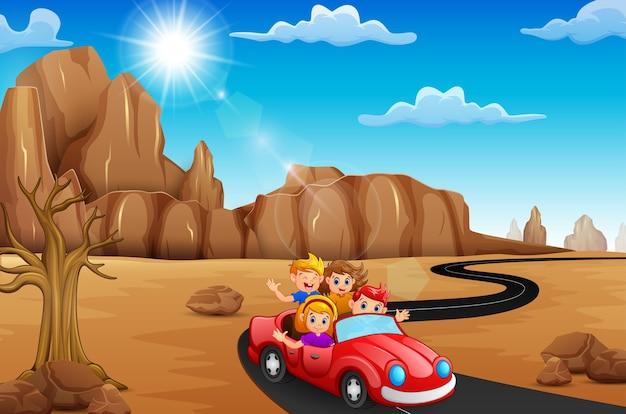 Bambini felici che viaggiano in macchina rossa Vettore Premium