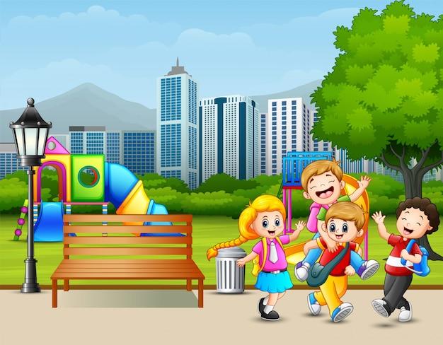 Bambini felici del fumetto che giocano nel parco della città Vettore Premium