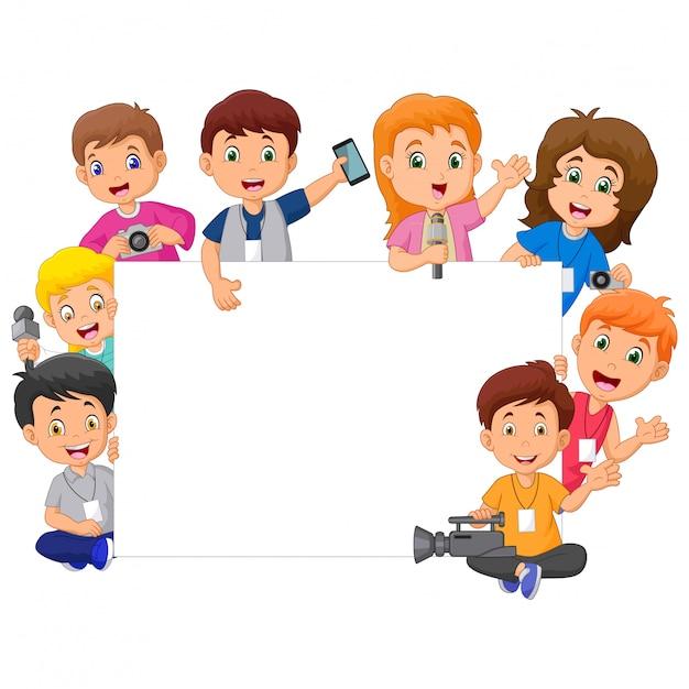 Bambini felici del fumetto in diverse professioni con il segno in bianco Vettore Premium