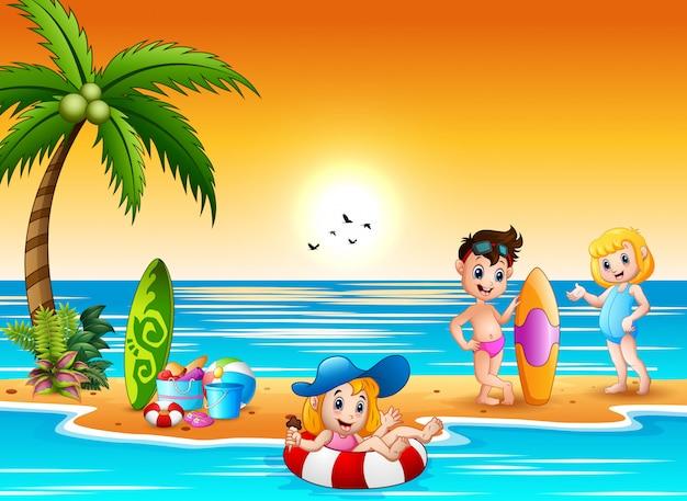 Bambini felici divertendosi e spruzzi sulla spiaggia Vettore Premium