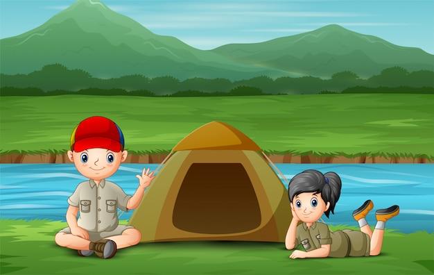 Bambini felici in campeggio sulla riva del fiume Vettore Premium