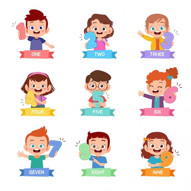 Bambini in possesso di un set di numeri matematici Vettore Premium