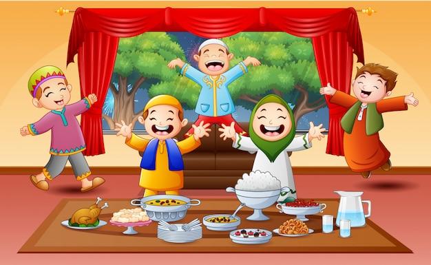 Bambini musulmani felici che celebrano la festa iftar Vettore Premium