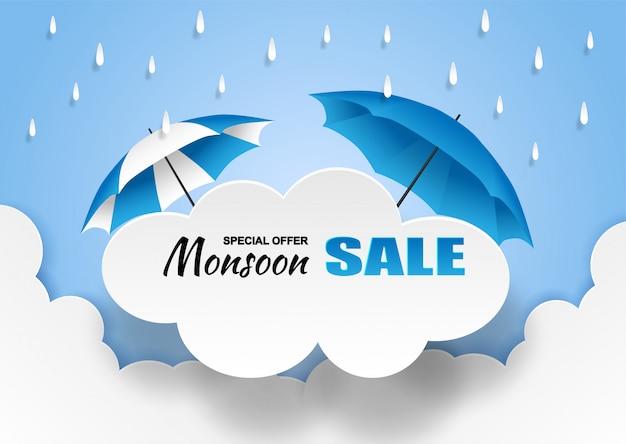 Bandiera di vendita di monsone, stagione delle piogge. pioggia ed ombrello della nuvola su cielo blu. Vettore Premium