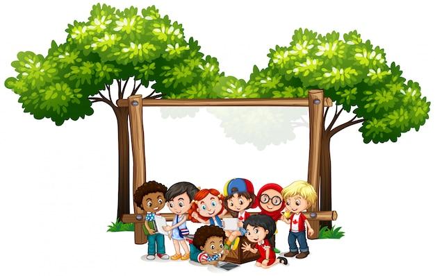 Banner con molti bambini sotto l'albero Vettore gratuito