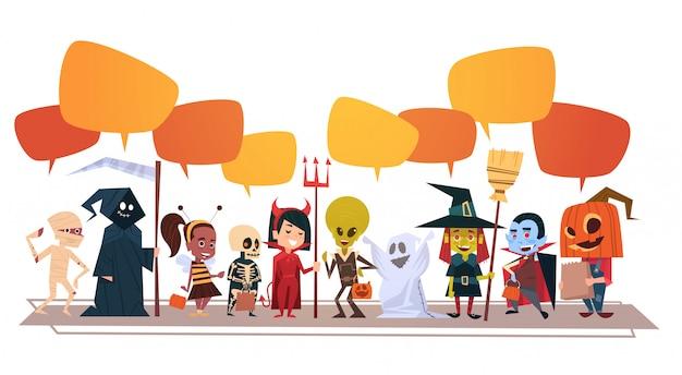 Banner di halloween felice con mostri simpatico cartone animato con bolle di chat Vettore Premium