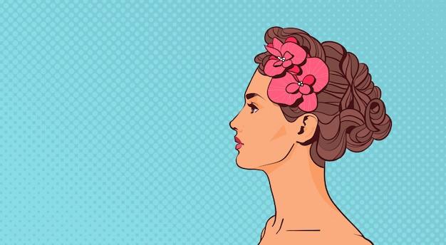 Bella donna profilo vista elegante femminile attraente su pop art retro sfondo con copyspace Vettore Premium