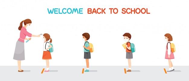 Bentornati a scuola, bambini che indossano una maschera chirurgica di fila, insegnante che misura la temperatura corporea dello studente prima di entrare a scuola Vettore Premium