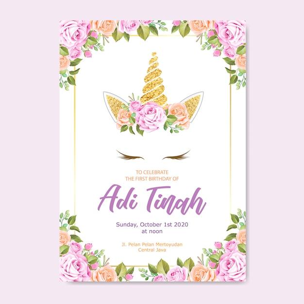 Biglietto d'invito unicorno con ghirlanda floreale e glitter oro Vettore Premium