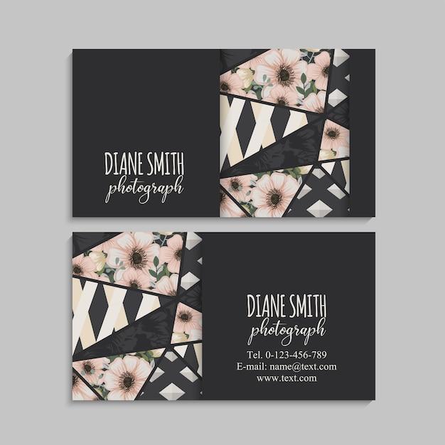 Biglietto da visita scuro con bellissimi fiori ed elementi geometrici. Vettore gratuito