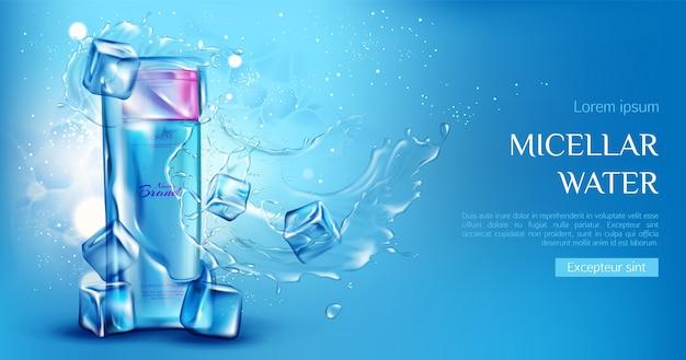 Bottiglia cosmetica dell'acqua micellare con cubetti di ghiaccio, spruzzi di acqua sul blu Vettore gratuito