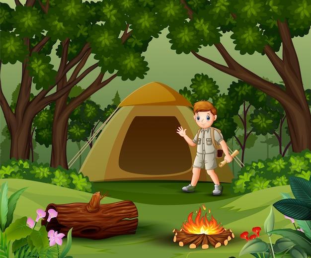 Boy scout all'aperto con tenda e zaino Vettore Premium