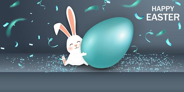 Buona pasqua. coniglietto di pasqua coniglio con realistico uovo blu su sfondo grigio. simpatico personaggio dei cartoni animati conigli pasquali. Vettore Premium