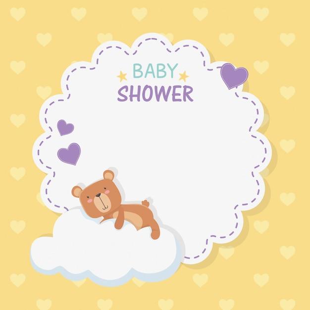 Carta pizzo baby shower con orsacchiotto in nuvola Vettore gratuito