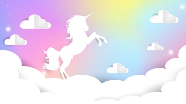 Carta unicorno tagliata sul cielo pastello Vettore Premium