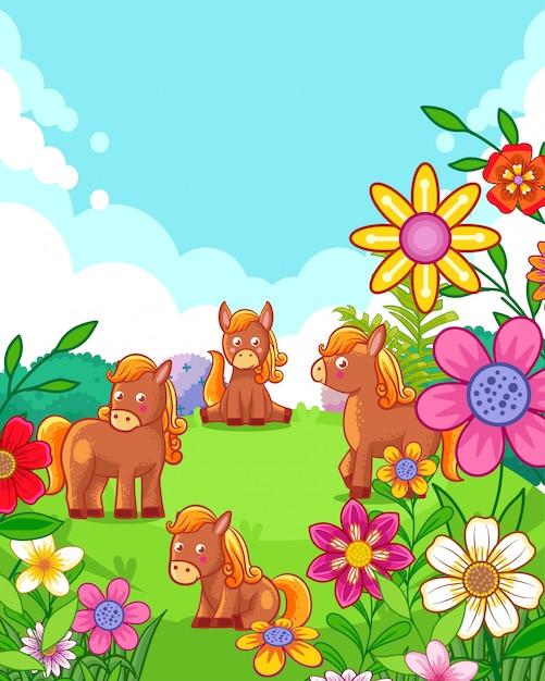 Cavalli svegli felici con i fiori che giocano nel giardino Vettore Premium