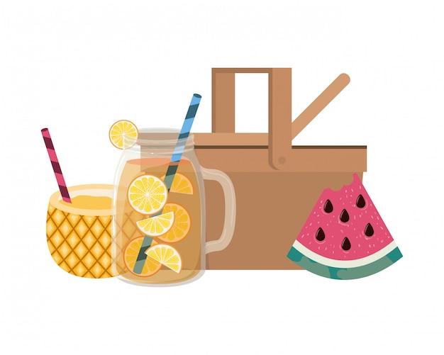 Cestino di picnic con cocktail di ananas su bianco Vettore gratuito