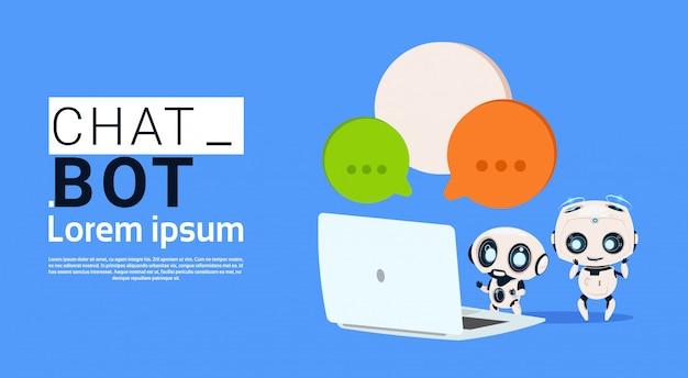 Chat bot robot utilizzando computer portatile e tenere banner discorso bolla con copia spazio, chatter o chat Vettore Premium