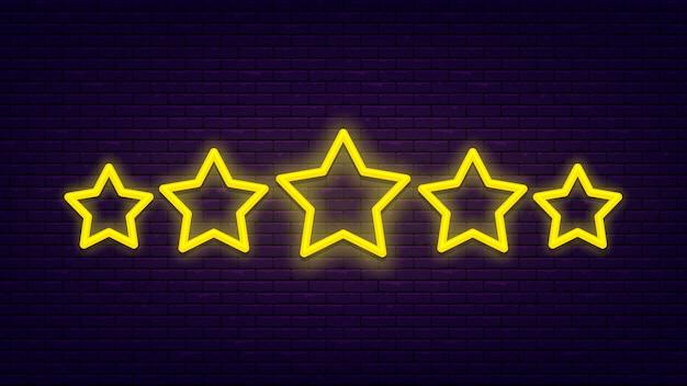 Cinque stelle. insegna al neon leggera e luminosa al muro di mattoni. eccellente valutazione della qualità. Vettore Premium