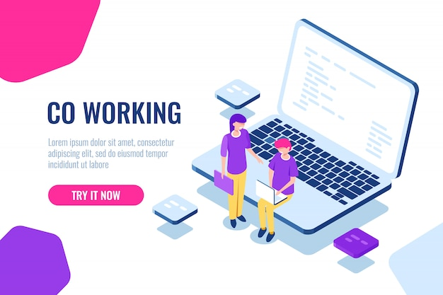 Collaborazione isometrica, spazio coworking, programmatore per giovani, laptop con codice programma Vettore gratuito