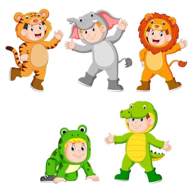 Collezione di bambini che indossano simpatici costumi di animali selvatici Vettore Premium
