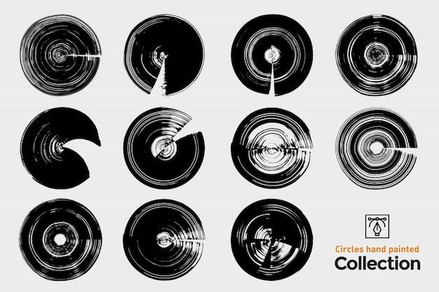 Collezione di cerchi isolati dipinti a mano. tratti di pennello dipinto a mano nero. set di cornici rotonde grunge. Vettore Premium