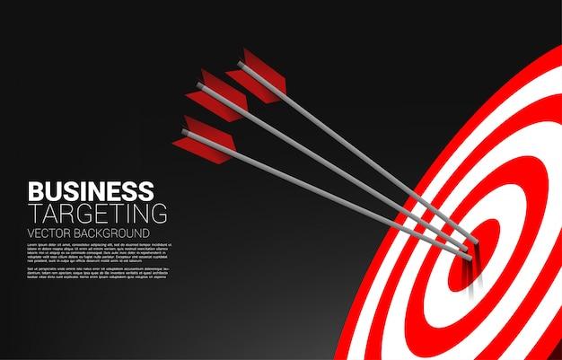 Colpo di tiro con l'arco della freccia al centro del bersaglio Vettore Premium